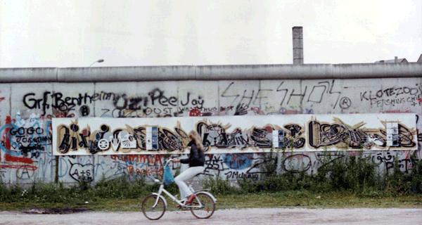 Alain Sati� : Pr�sentation en 1985 sur le mur de Berlin, Postdamer Platz : Alain Sati� au pied du mur